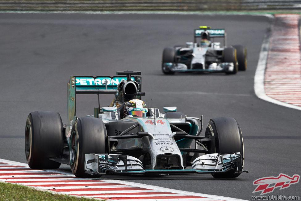 Lewis Hamilton luchando por la tercera posición con su compañero de equipo