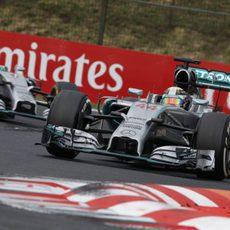 Lewis Hamilton aguantando detrás a Nico Rosberg