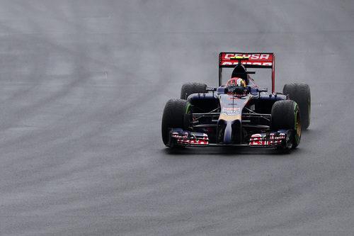 Daniil Kvyat rodando sobre la pista mojada