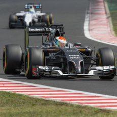 Adrian Sutil por delante de Felipe Massa
