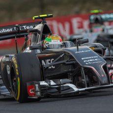 Esteban Gutiérrez luchando con Nico Rosberg