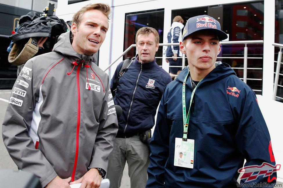 Max Verstappen y Giedo van der Garde en el paddock