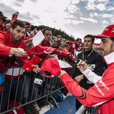 Fernando Alonso atiende a sus seguidores