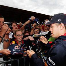Firma de autógrafos para Sebastian Vettel