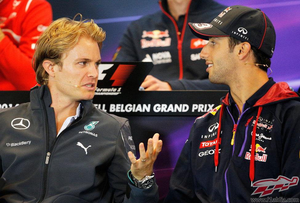 Nico Rosberg y Daniel Ricciardo charlan en rueda de prensa