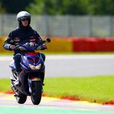 Daniil Kvyat da una vuelta en moto en Spa