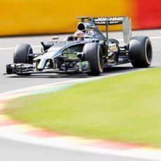 Jenson Button llega a una curva en Spa