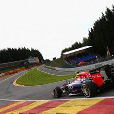 Daniel Ricciardo afronta Eau Rouge
