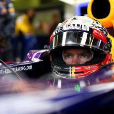 Sebastian Vettel se prepara para salir de boxes