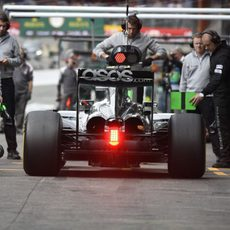 Nico Rosberg llega a boxes tras una serie de vueltas