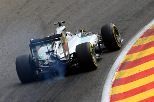 El coche de Lewis Hamilton roza en la pista de Spa