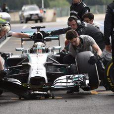 Lewis Hamilton para y cambia el compuesto