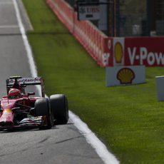El F14-T de Kimi Räikkönen avanza en las Ardenas