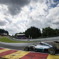 Lewis Hamilton afronta Eau Rouge bajo el cielo nublado