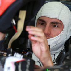 Adrian Sutil se pone el casco para disputar la sesión del viernes