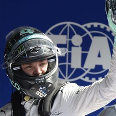 Nico Rosberg saluda tras lograr la pole