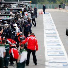 Jules Bianchi sale de boxes para la sesión de libres 1