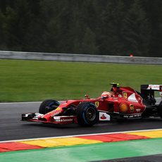 Kimi Räikkönen rueda con los neumáticos de lluvia extrema