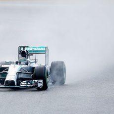 Nico Rosberg levanta mucha agua en el trazado belga