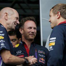 Christian Horner y Adrian Newey charlan con Sebastian Vettel