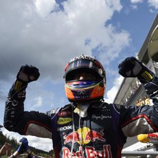 Puños en alto de Daniel Ricciardo al ganar en Spa