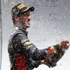 Daniel Ricciardo descorcha el champán en Spa