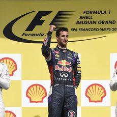 Rosberg y Bottas aplauden a Daniel Ricciardo