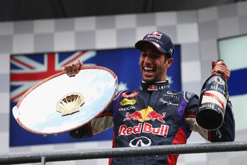 Botella y trofeo para Daniel Ricciardo