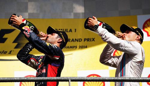 Ricciardo y Bottas beben al unísono en el podio