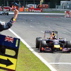 Daniel Ricciardo cruza la meta en la primera plaza