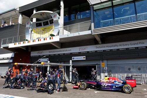 Sebastian Vettel entra en boxes para cambiar neumáticos