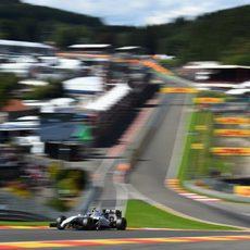 Valtteri Bottas supera la curva de Eau Rouge