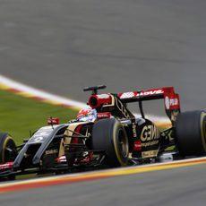 Romain Grosjean realiza un giro durante su vuelta