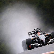 Adrian Sutil en plena vuelta bajo la lluvia de Spa