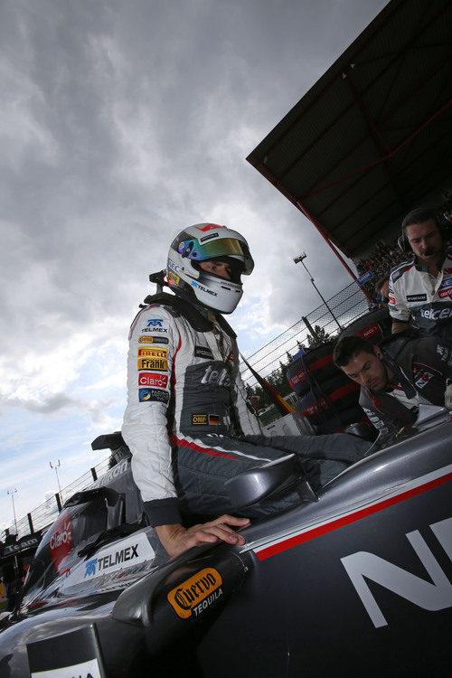 Adrian Sutil subiendo al coche en línea de meta