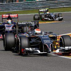 Adrian Sutil manteniendo a raya a un Toro Rosso