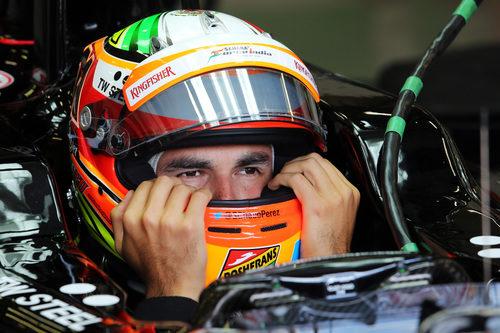 Sergio Pérez se ajusta el casco antes de la carrera