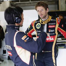Romain Grosjean repasa la estrategia con su ingeniero