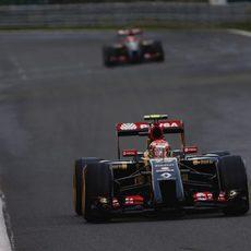 Pastor Maldonado por delante de su compañero de equipo