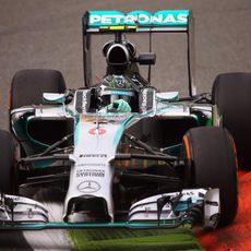 Nico Rosberg pasa por encima de los pianos en Monza