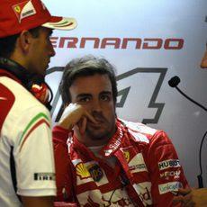 Fernando Alonso charla con Andrea Stella y Marc Gené
