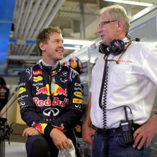 Sebastian Vettel y Helmut Marko ene l box de Red Bull