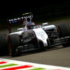 Valtteri Bottas afronta una de las largas rectas de Monza