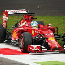 Fernando Alonso, por fuera de la pista en Monza