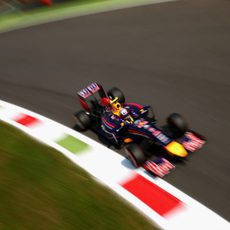 El RB10 de Daniel Ricciardo avanza en el trazado de Monza