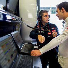 Xevi Pujolar charla con Jean-Eric Vergne en Toro Rosso