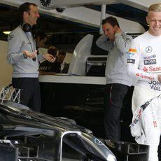 Kevin Magnussen en el garaje con sus ingenieros