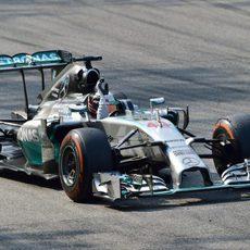 Lewis Hamilton levanta la mano tras ganar en Monza