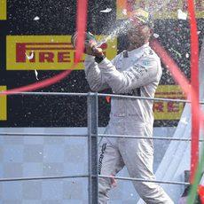 Lewis Hamilton lanza un chorro de champán