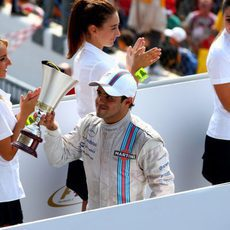Felipe Massa muestra su felicidad con el trofeo